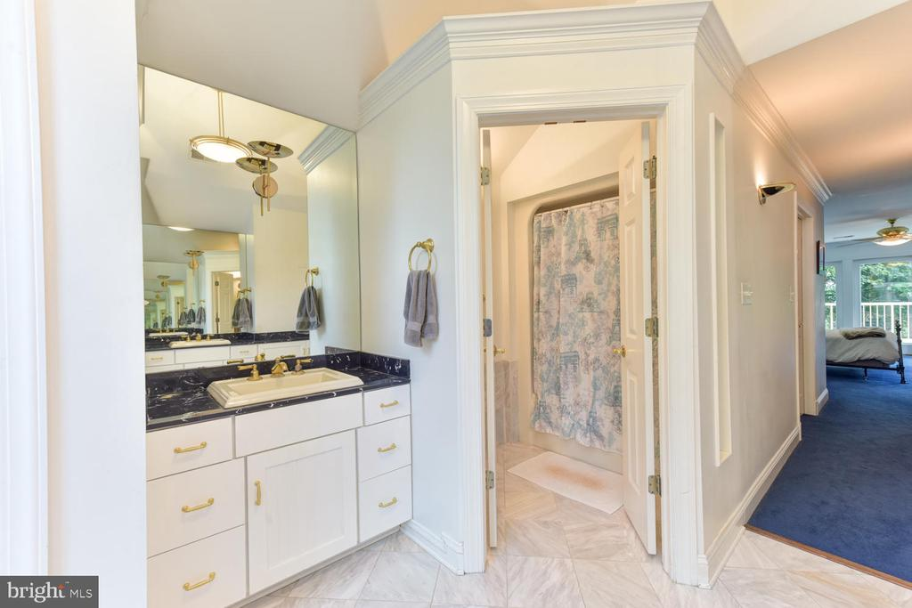 Separate shower room for additional privacy - 1503 RIVER FARM DR, ALEXANDRIA