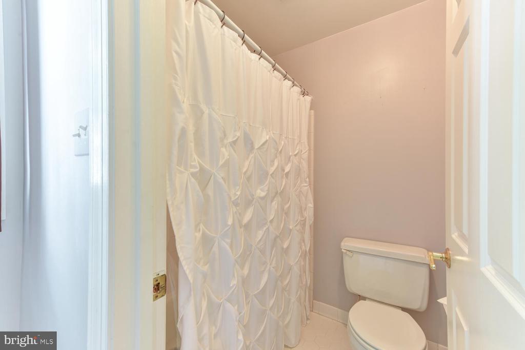Shower for hallway bath - 1503 RIVER FARM DR, ALEXANDRIA