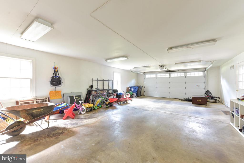Oversized garage fits 4 cars/tandem parking - 1503 RIVER FARM DR, ALEXANDRIA