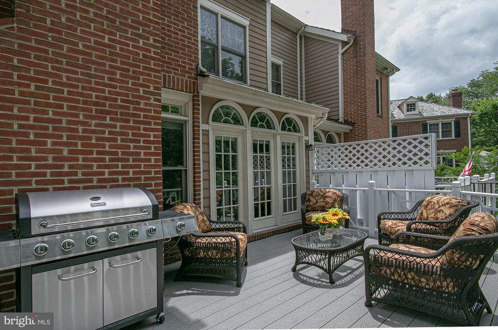 large trex style deck with room for grilling! - 2185 WOLFTRAP CT, VIENNA