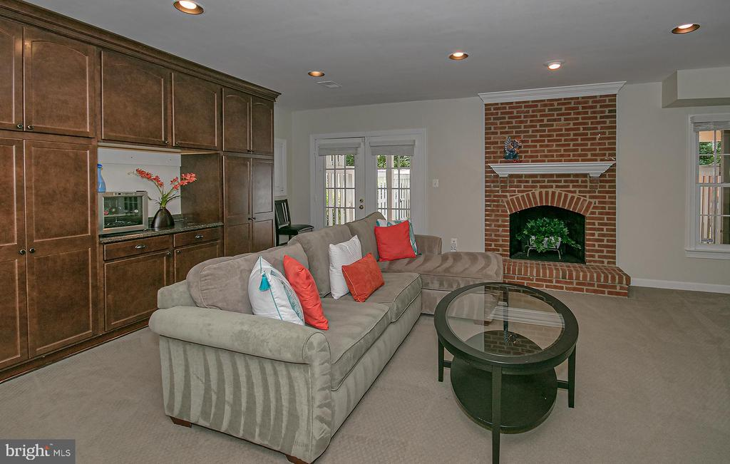 lower level family room opens to patio - 2185 WOLFTRAP CT, VIENNA