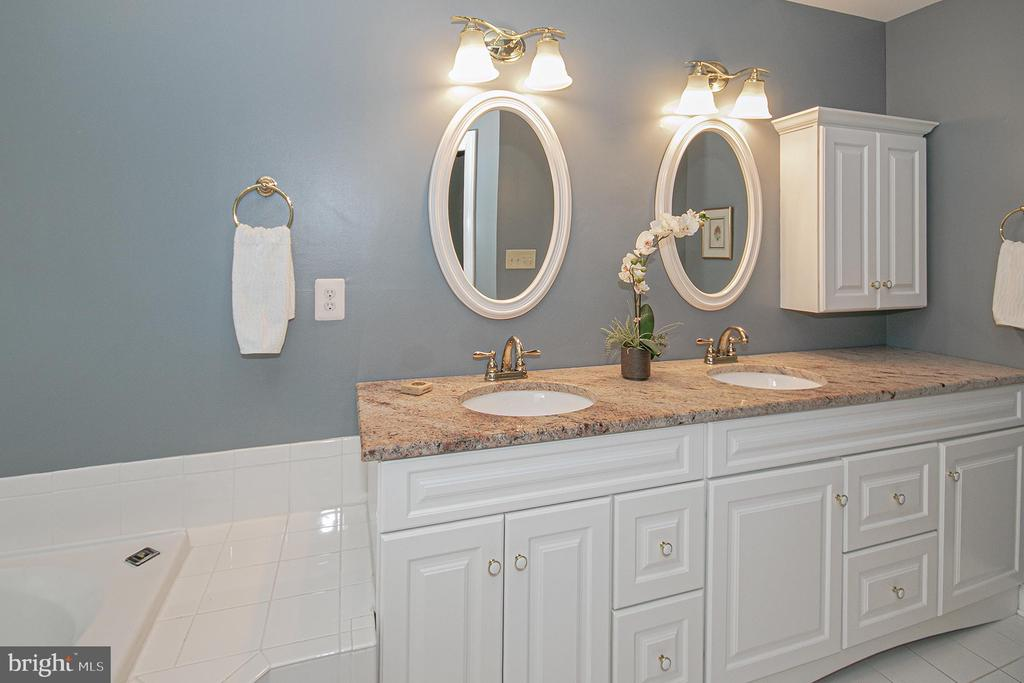 large master bath with double sinks - 2185 WOLFTRAP CT, VIENNA