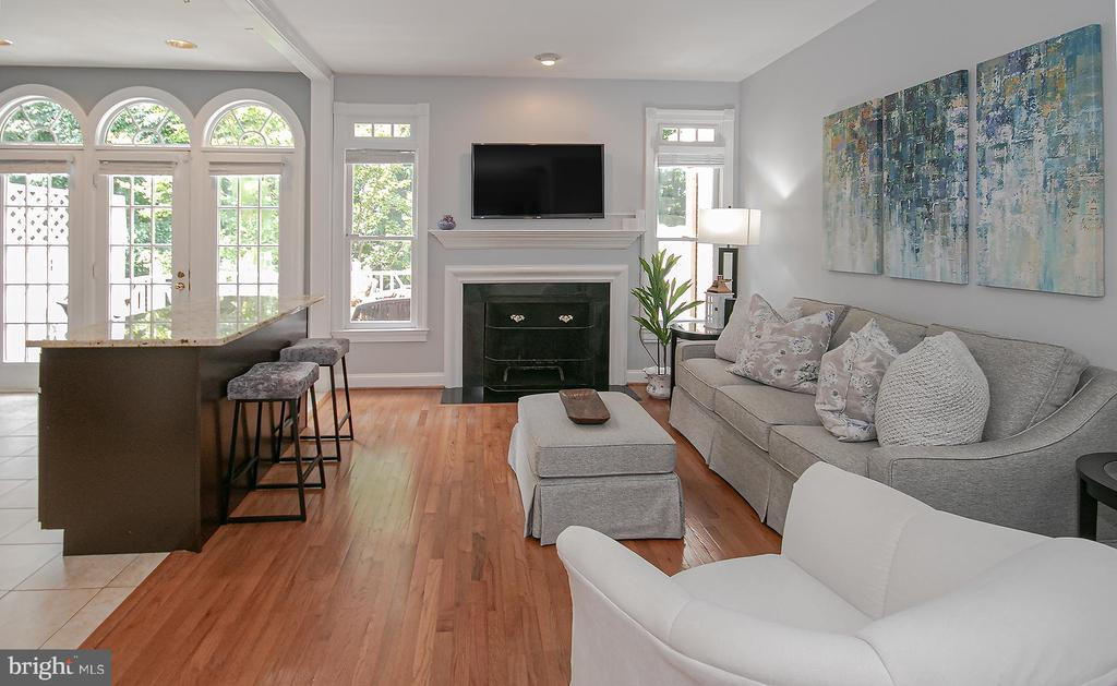 family room opens to kitchen - 2185 WOLFTRAP CT, VIENNA