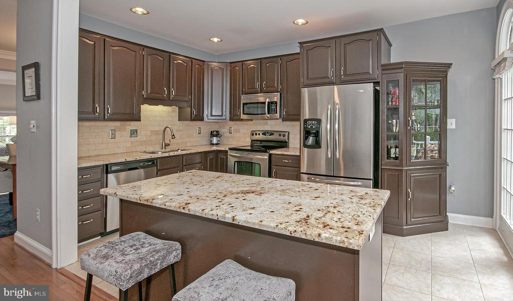 kitchen with breakfast bar and door out to deck - 2185 WOLFTRAP CT, VIENNA
