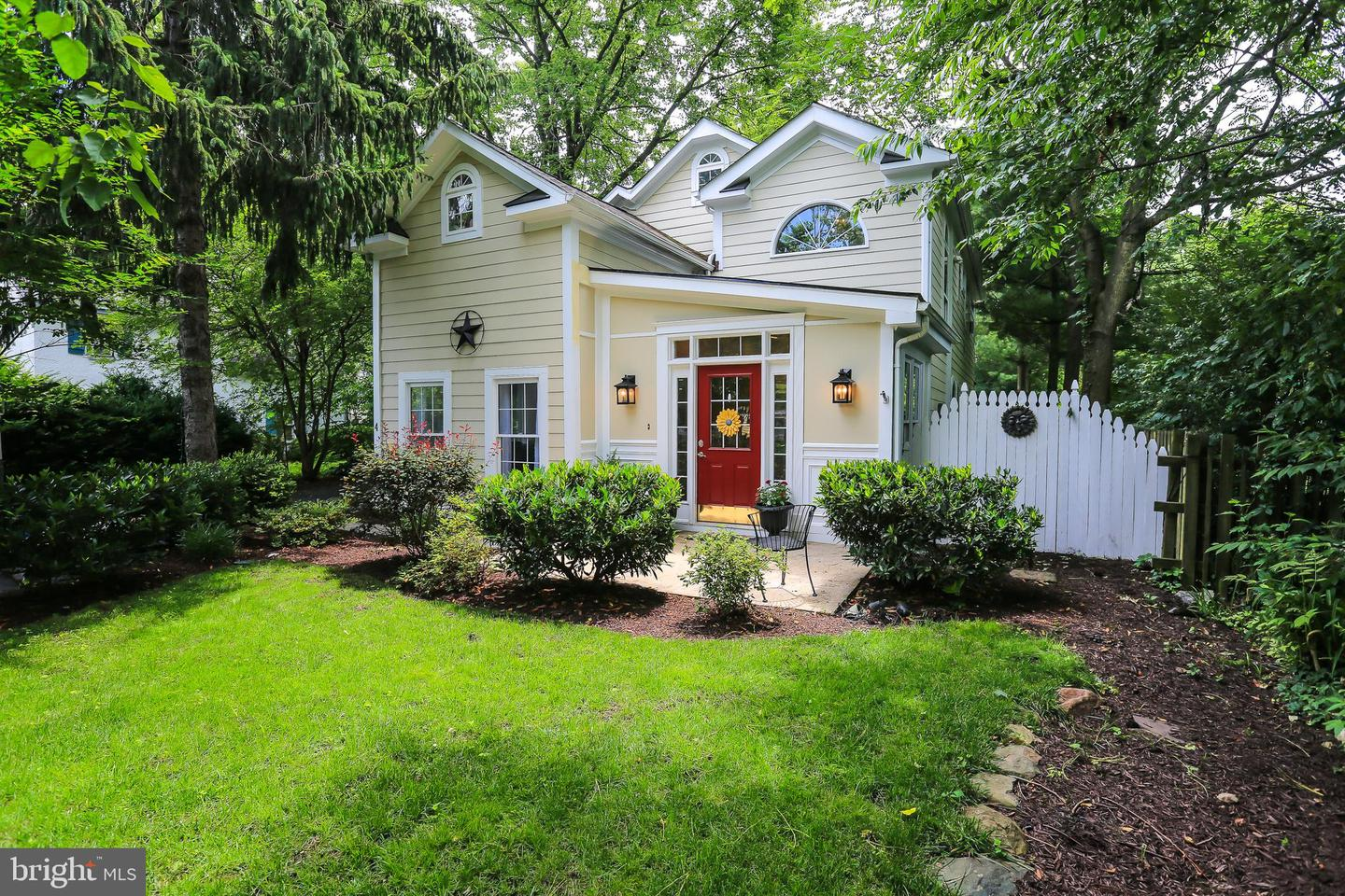 Single Family for Sale at 4 High St Round Hill, Virginia 20141 United States