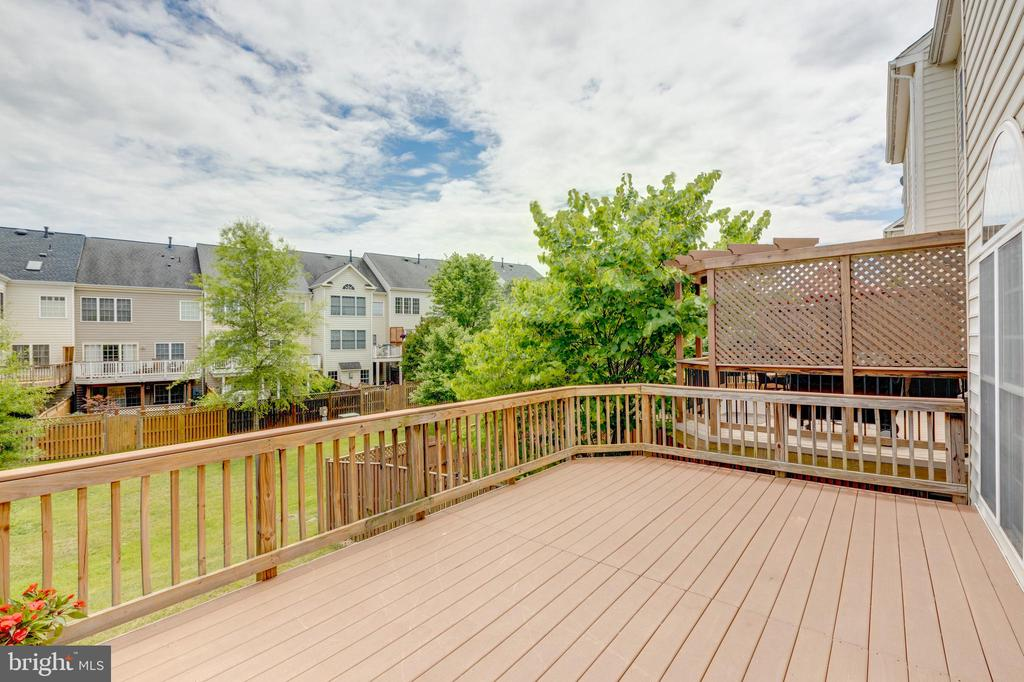 Large and maintenance free trex deck - 24612 NETTLE MILL SQ, ALDIE