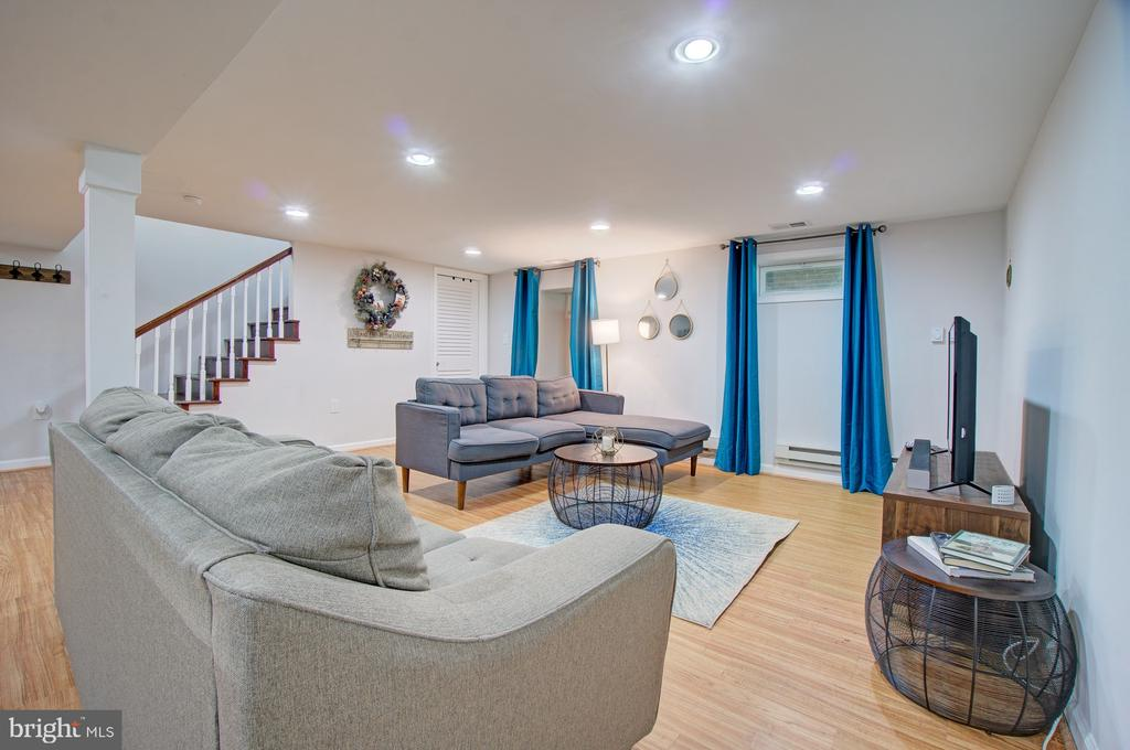 Lower level family room/in-law suite - 4802 LONGFELLOW ST, RIVERDALE