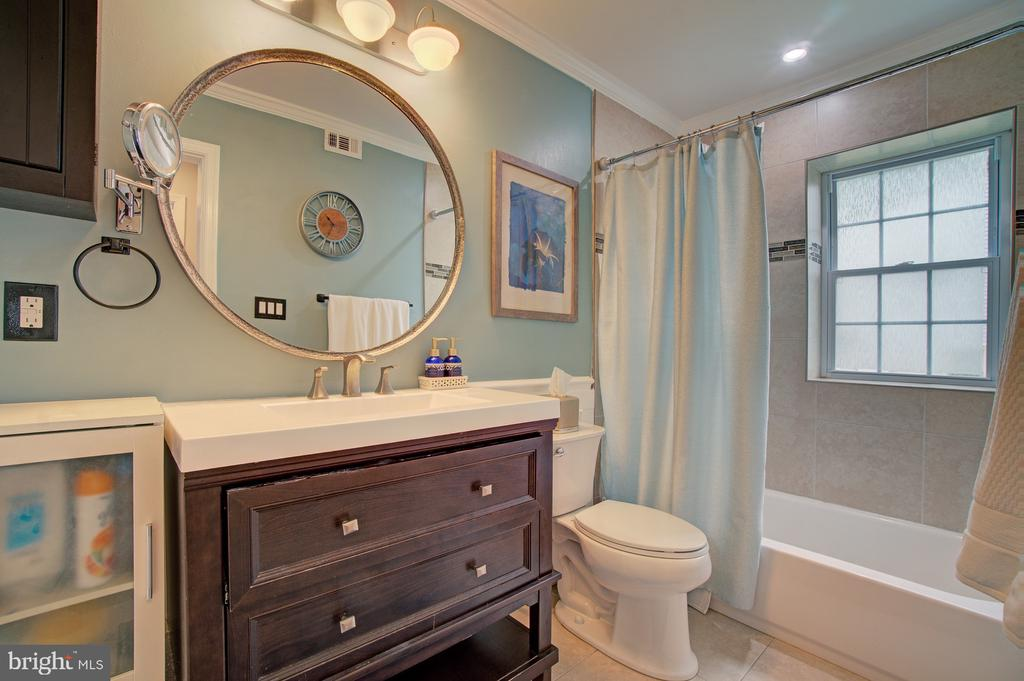 Main level full bath - 4802 LONGFELLOW ST, RIVERDALE