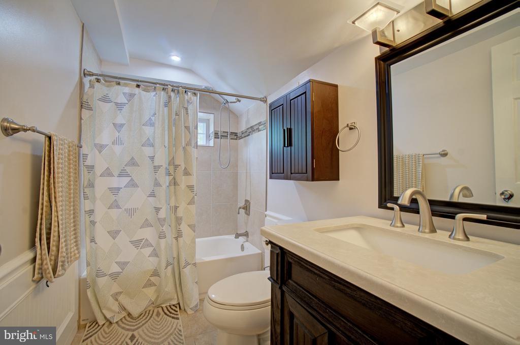 Upper level full bath - 4802 LONGFELLOW ST, RIVERDALE