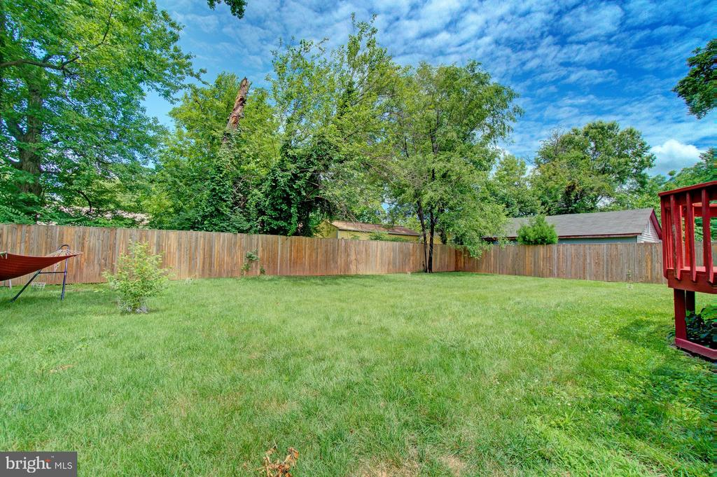 Beautiful fenced-in yard - 4802 LONGFELLOW ST, RIVERDALE