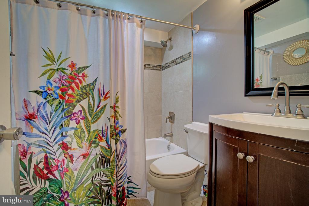 Lower level full bath - 4802 LONGFELLOW ST, RIVERDALE