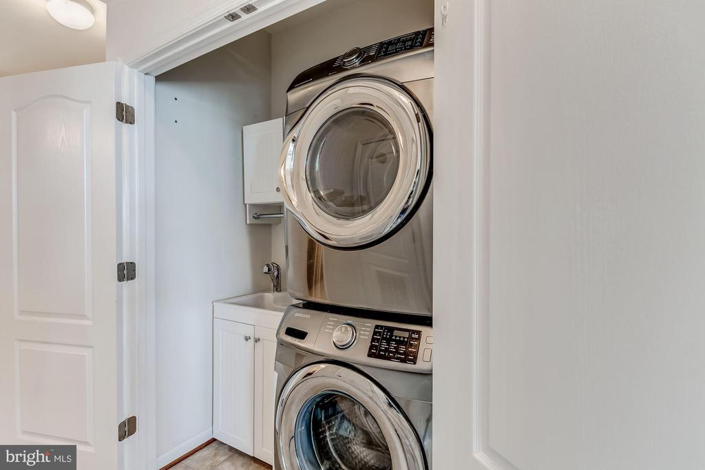 Laundry area with deep sink - 24604 BYRNE MEADOW SQ, ALDIE