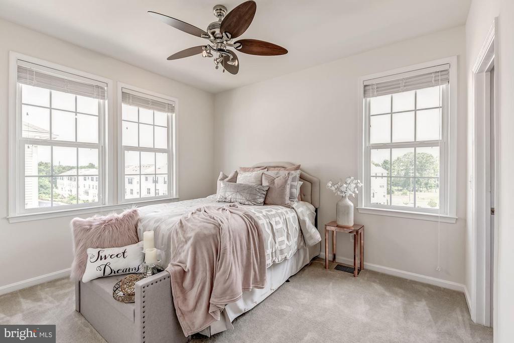 Second bedroom w/ walk-in closet - 24604 BYRNE MEADOW SQ, ALDIE