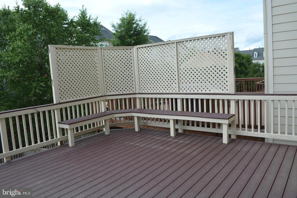Fabulous, composite deck with built-in Bench - 43809 LEES MILL SQ, LEESBURG