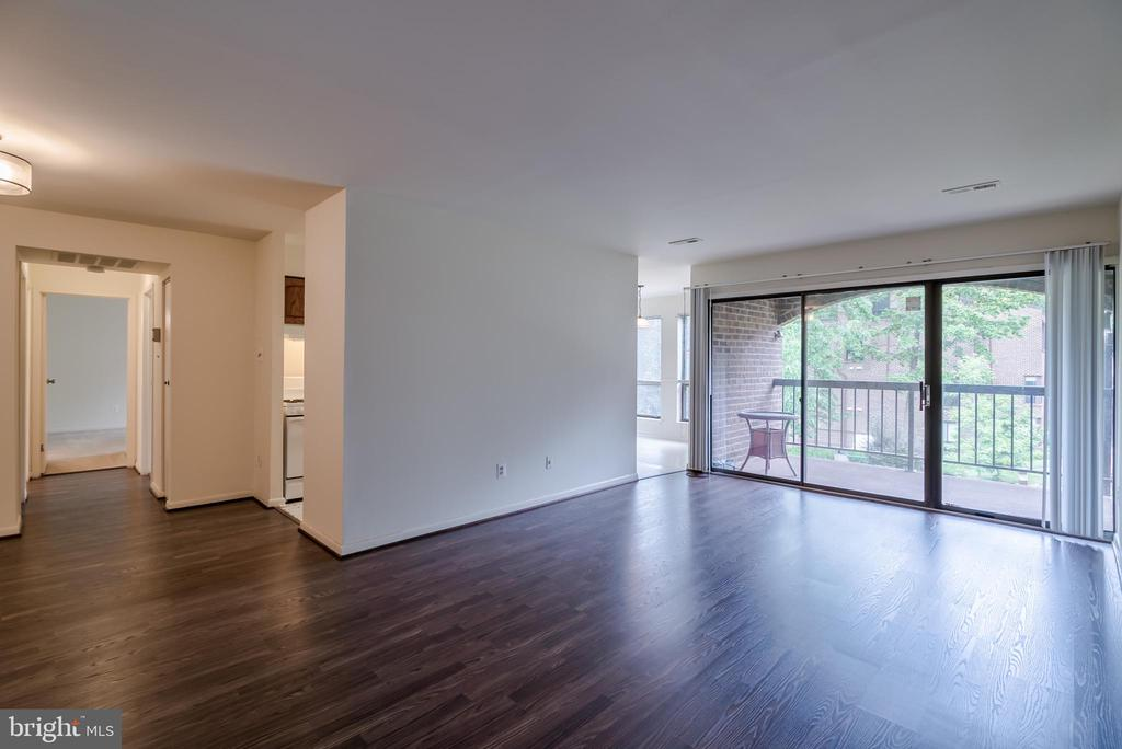 Bright & Spacious Living Space - 11208 CHESTNUT GROVE SQ #212, RESTON