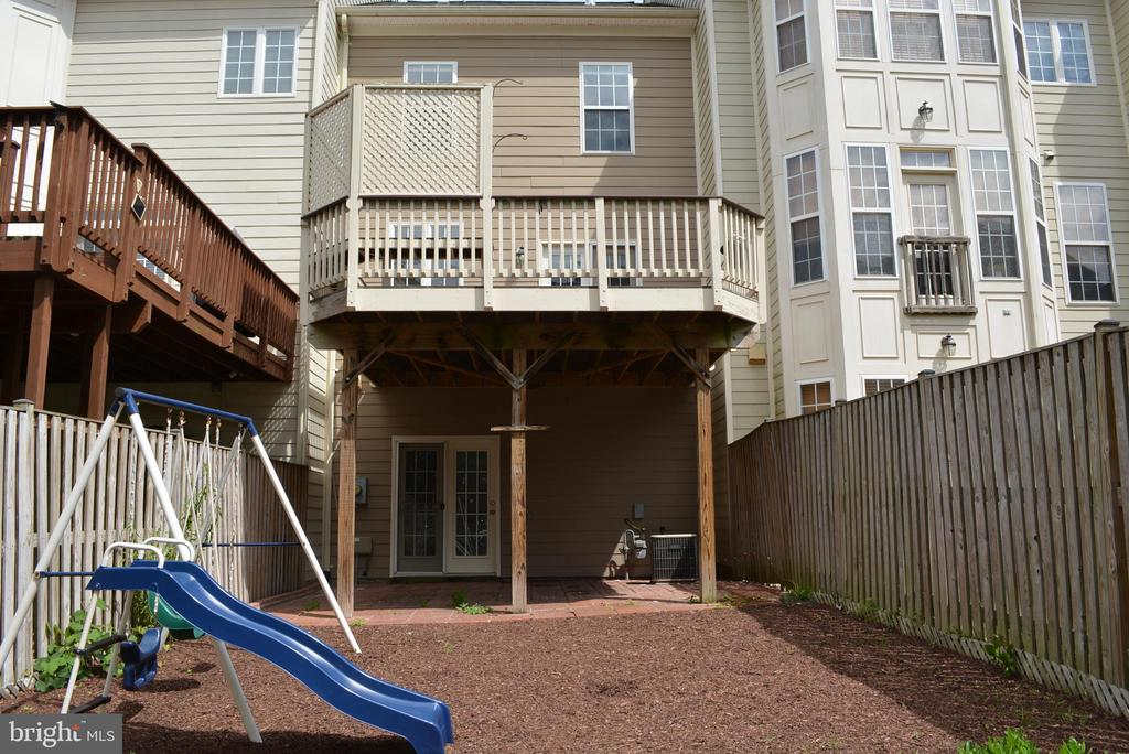Backyard with great open space - 43809 LEES MILL SQ, LEESBURG