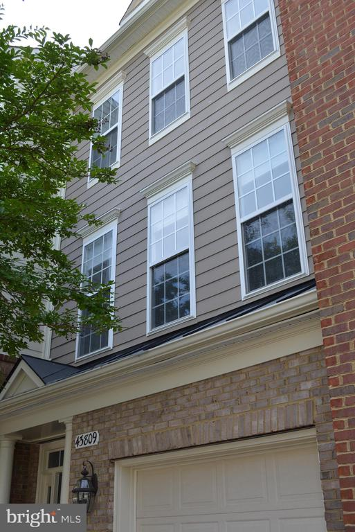 Well Cared for Exterior - 43809 LEES MILL SQ, LEESBURG
