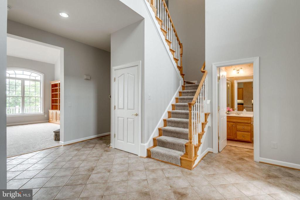 Lots of space for easy decorating - 43725 COLLETT MILL CT, LEESBURG