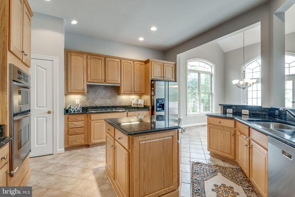 This kitchen is made for food prep - 43725 COLLETT MILL CT, LEESBURG