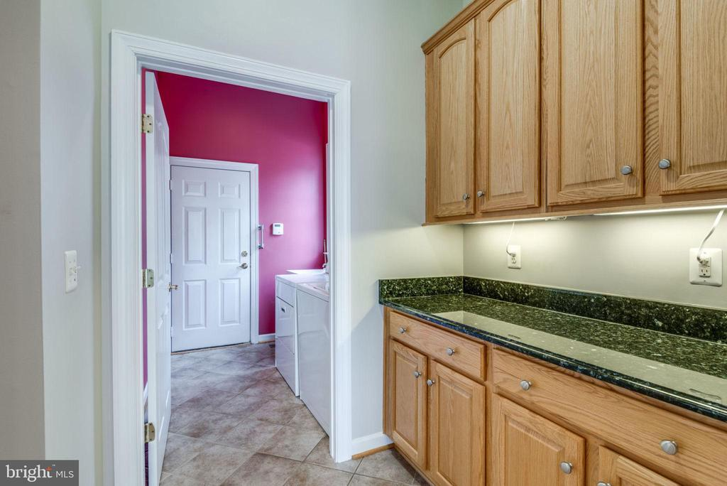 Makes a great mudroom from garage - 43725 COLLETT MILL CT, LEESBURG