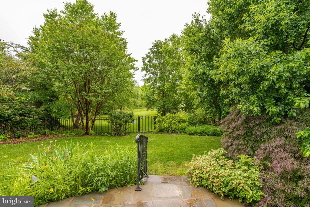 Fenced yard keeps things private - 43725 COLLETT MILL CT, LEESBURG