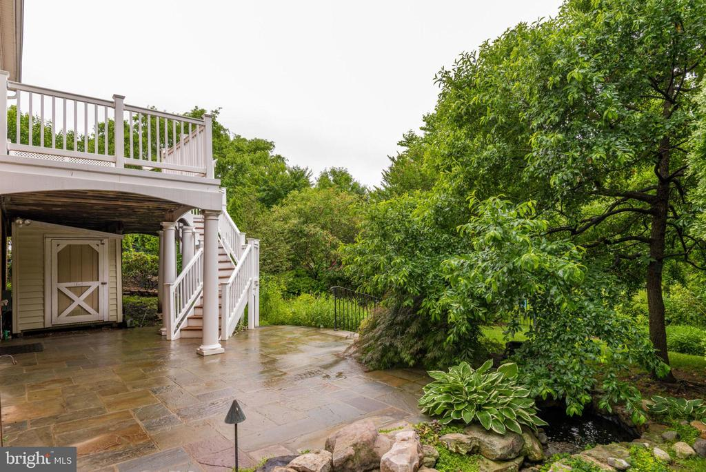 Mature trees and landscaping surround you - 43725 COLLETT MILL CT, LEESBURG