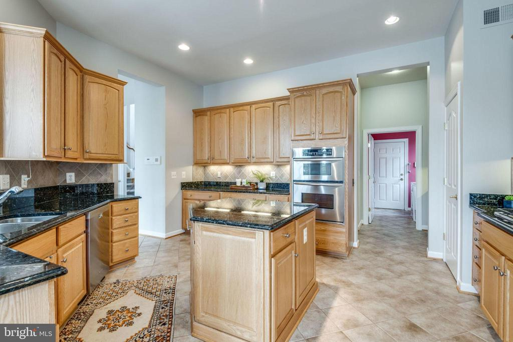 Tiled floor in the kitchen make for easy cleaning - 43725 COLLETT MILL CT, LEESBURG