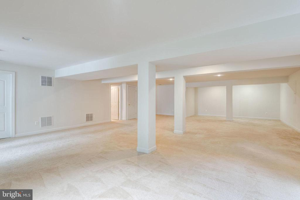 Plenty of room to set up the perfect movie spot - 43725 COLLETT MILL CT, LEESBURG