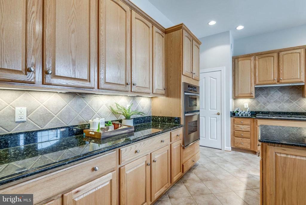 Plenty of cabinets for storage - 43725 COLLETT MILL CT, LEESBURG