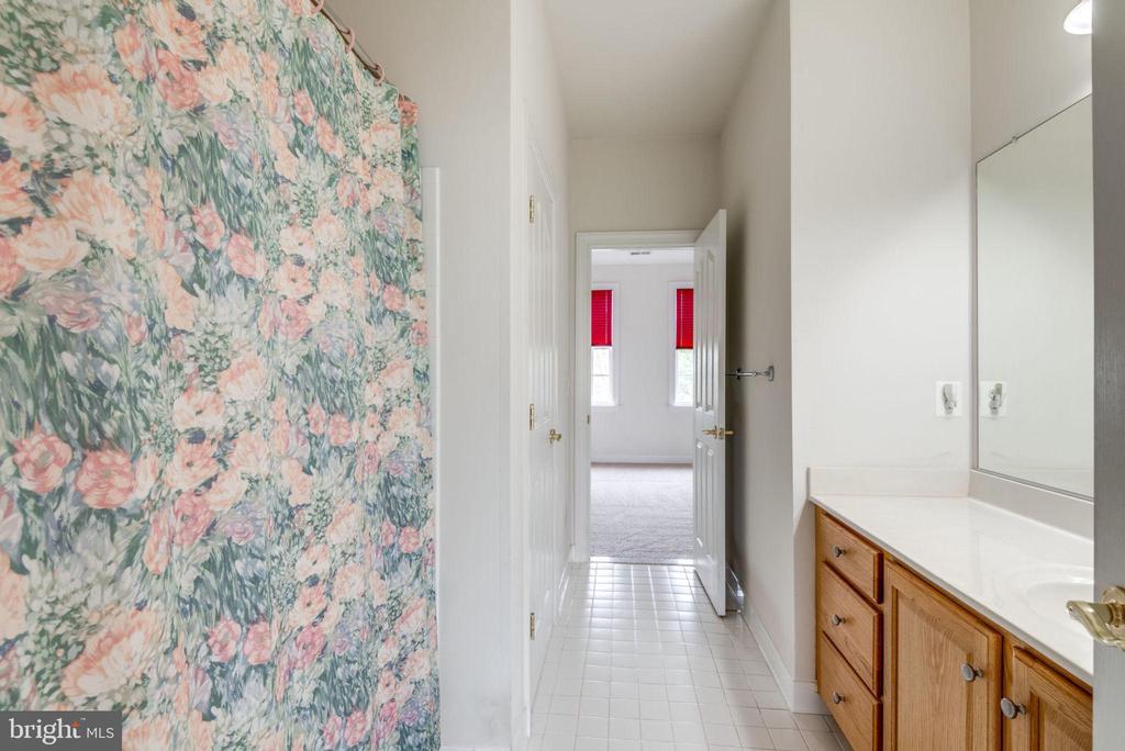 Great vanity space - 43725 COLLETT MILL CT, LEESBURG