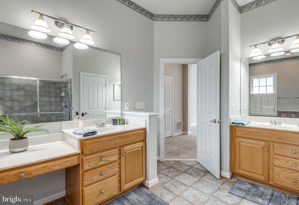 Separate vanities means room for two - 43725 COLLETT MILL CT, LEESBURG