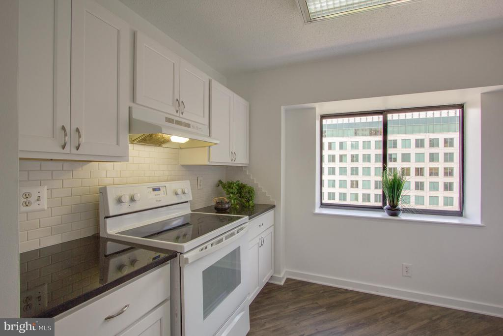 Kitchen has room for High Table - 900 N STAFFORD ST #1218, ARLINGTON