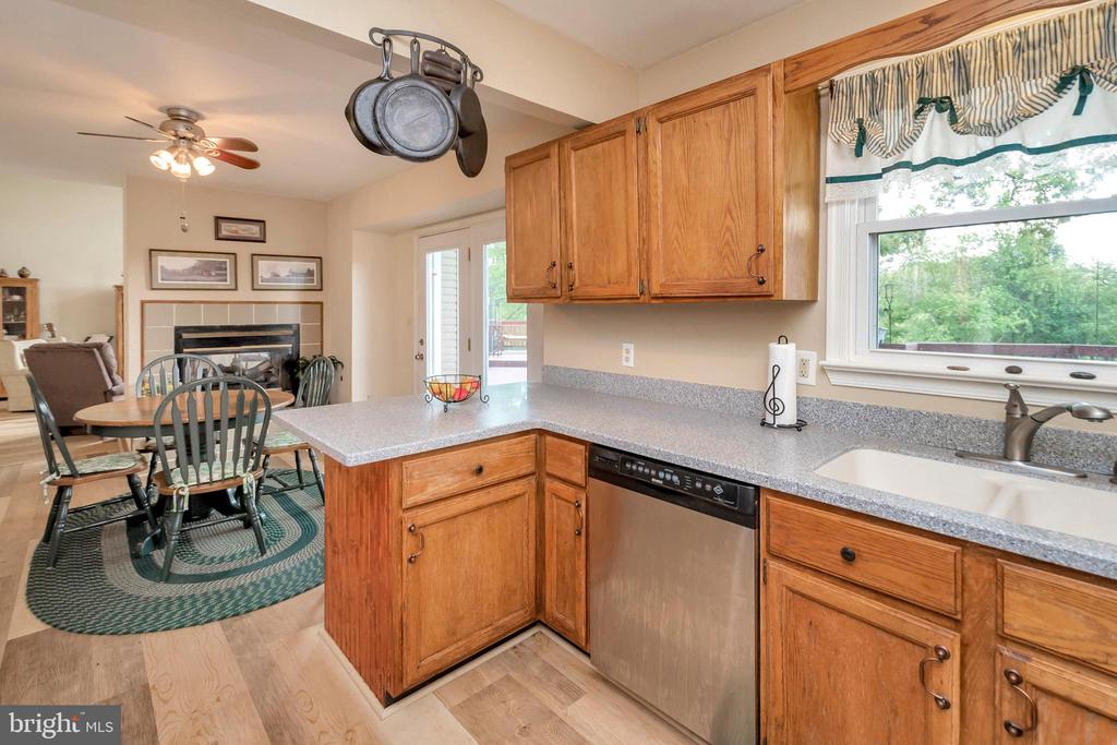 Kitchen overlooks deck & yard - 7329 CLOVERHILL RD, SPOTSYLVANIA