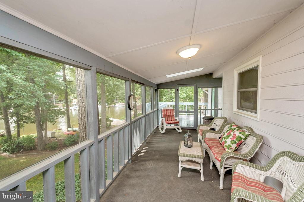 Full Screen Porch overlooking lake - 516 CORNWALLIS AVE, LOCUST GROVE