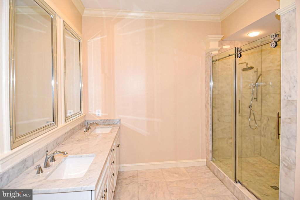 Main level master bath - 120 KINGSLEY RD SW, VIENNA