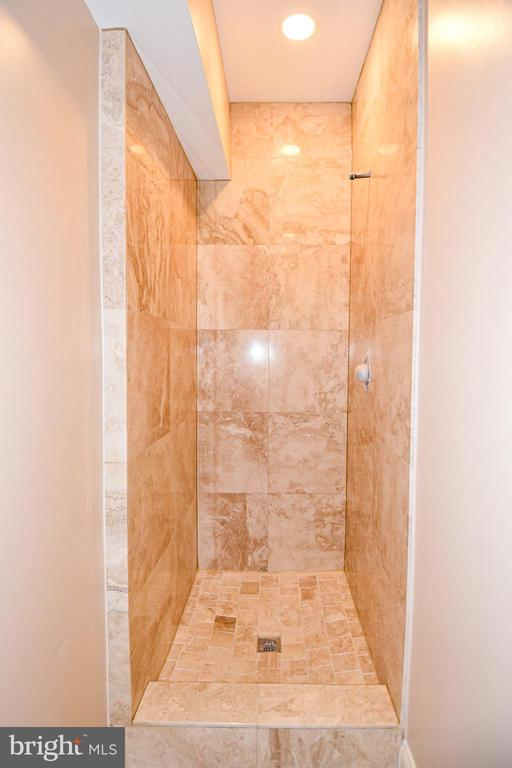 Basement shower - 120 KINGSLEY RD SW, VIENNA