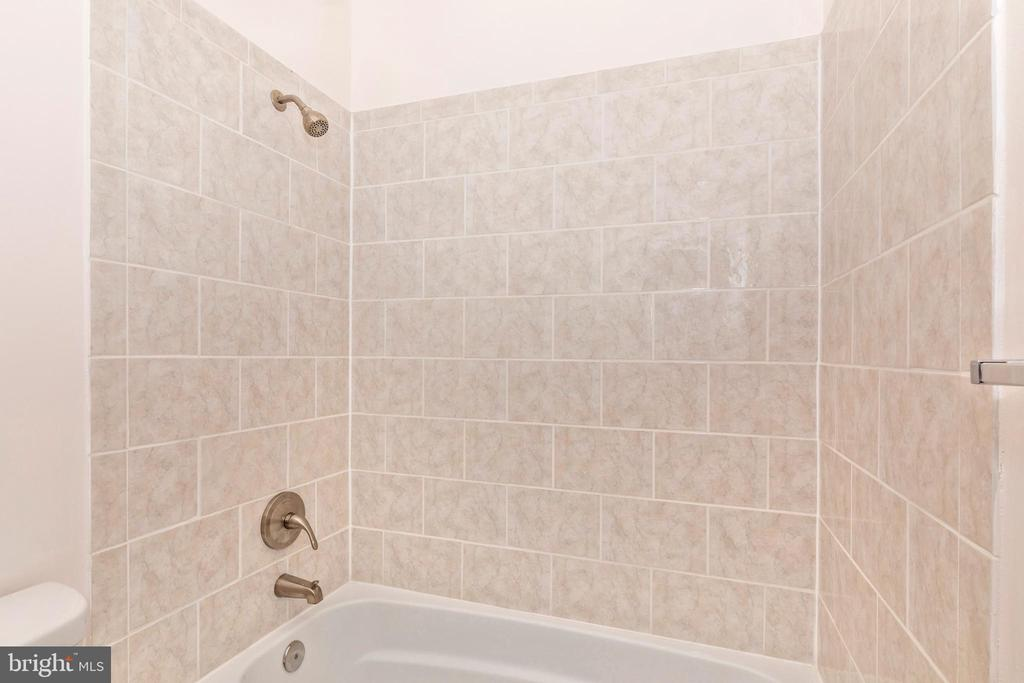 Upper Level Hall Full Bathroom - 16 WELLSPRING CIR, OWINGS MILLS