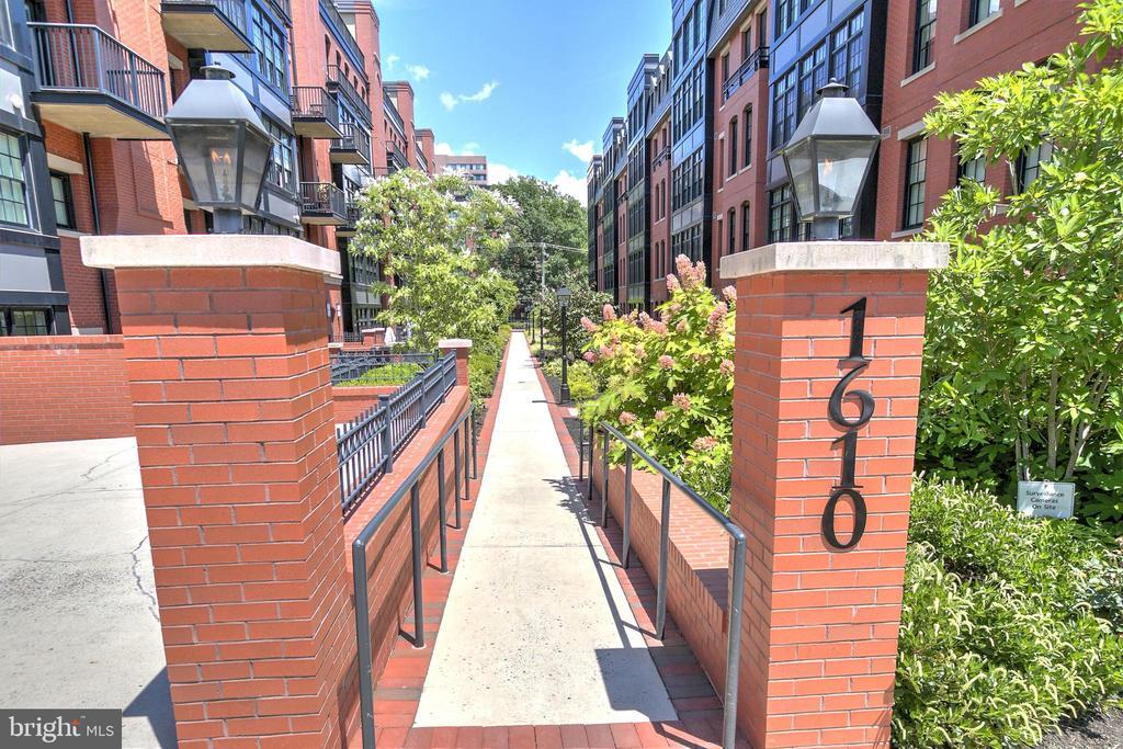 Gorgeous Courtyard - 1610 N QUEEN ST #243, ARLINGTON