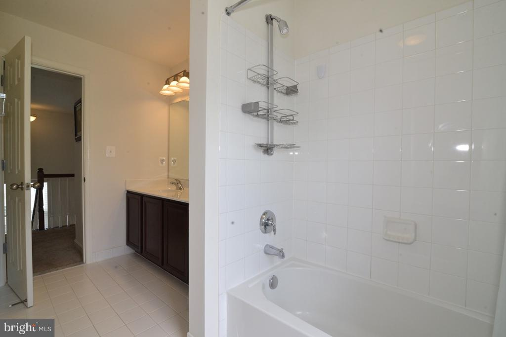 Upper Hall Bath - 36071 WELLAND DR, ROUND HILL