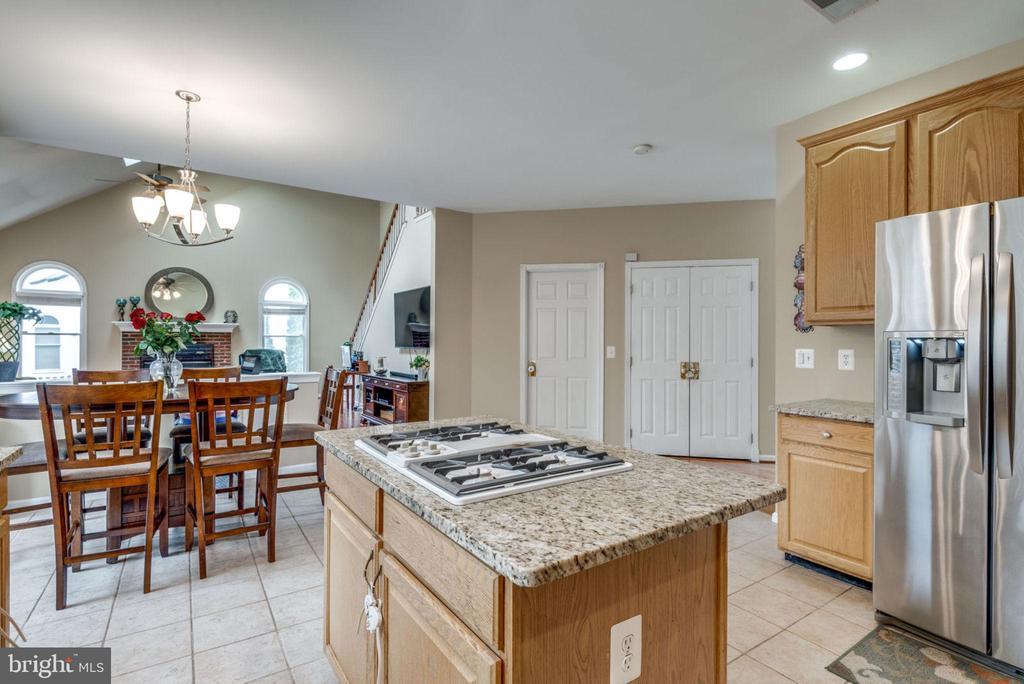 Kitchen open to breakfast area family room - 43755 CRANE CT, ASHBURN
