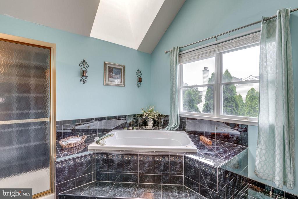 Master Bath w/tub - 43755 CRANE CT, ASHBURN