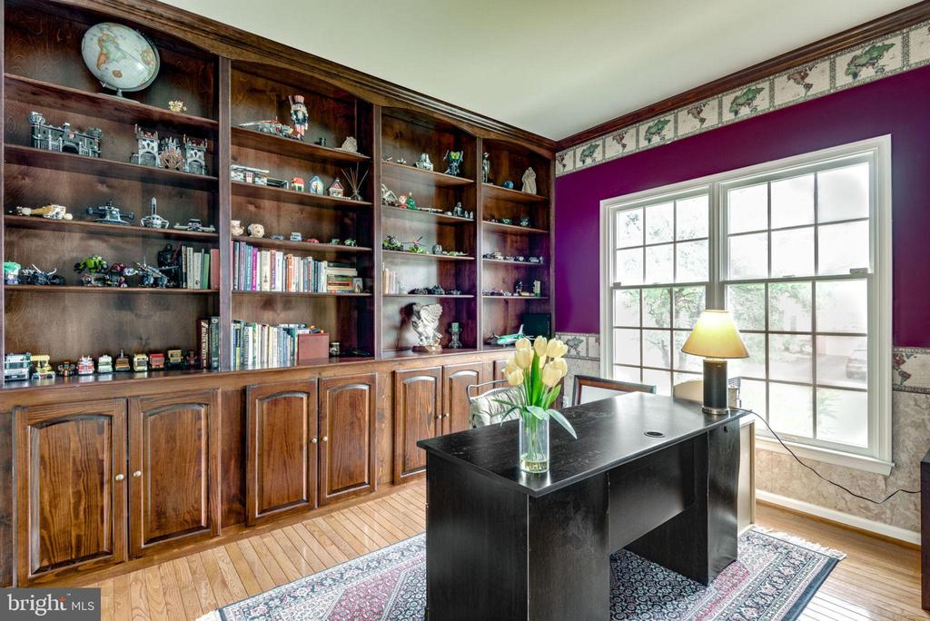 Office with Built in Book Shelf - 43755 CRANE CT, ASHBURN