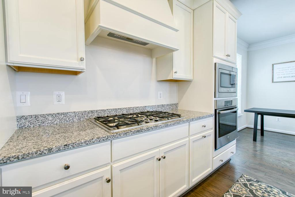 Upgraded cabinets, appliances and range hood - 301 PEAR BLOSSOM RD, STAFFORD