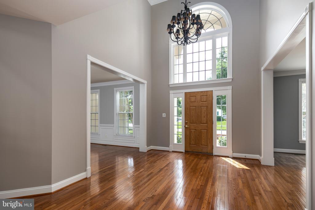 2-Story Foyer with Palladian Windows - 21109 CARTHAGENA CT, ASHBURN