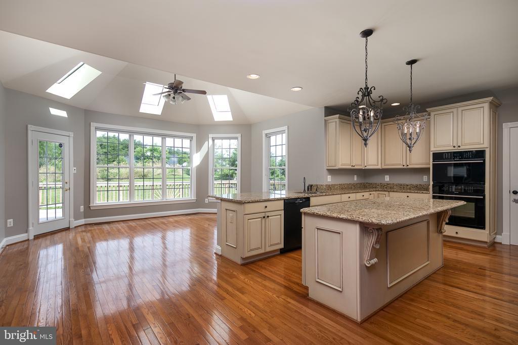 Designed Kitchen with Granite & Island - 21109 CARTHAGENA CT, ASHBURN