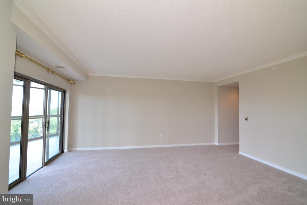 Large living rm w/ floor to ceiling window doors - 19375 CYPRESS RIDGE TER #803, LEESBURG