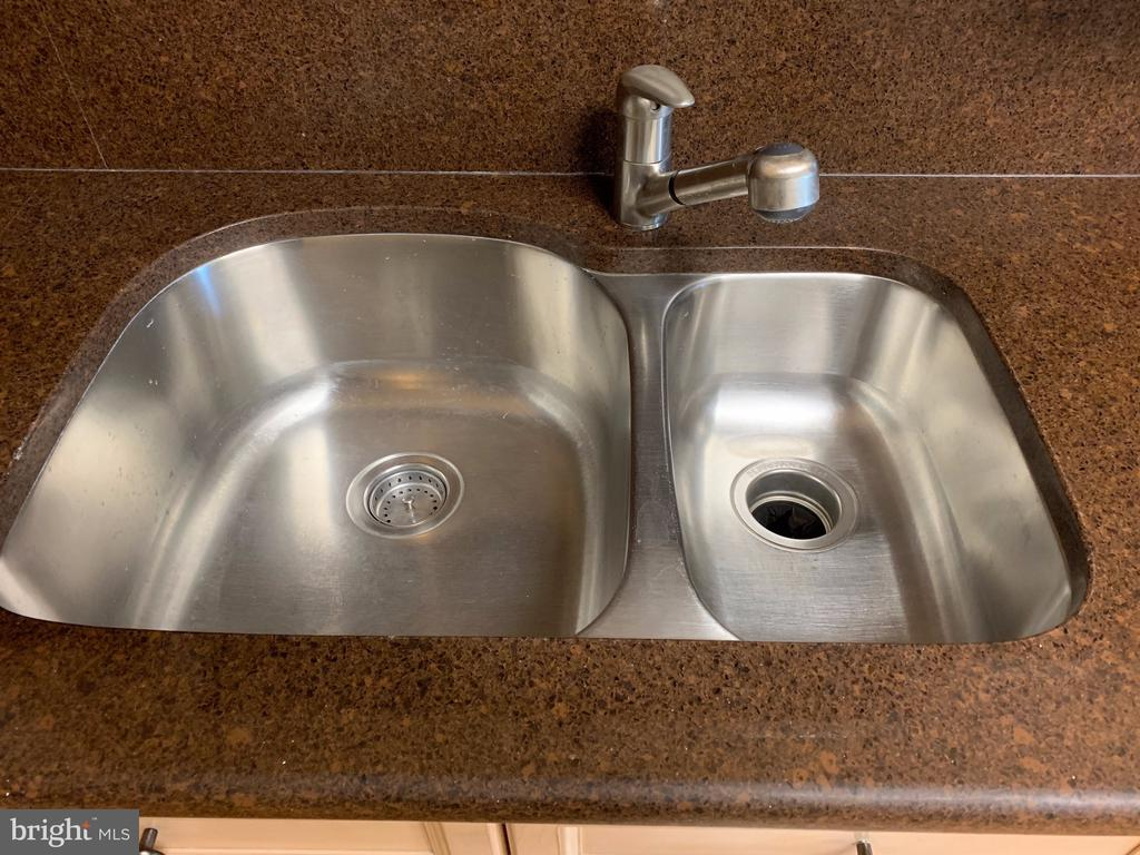 Double sink - 19375 CYPRESS RIDGE TER #803, LEESBURG