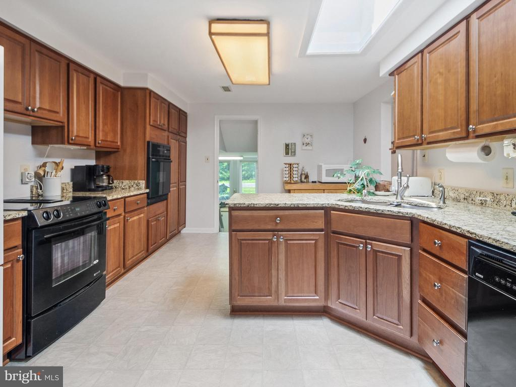 Well appointed Kitchen - 4315 ALDIE RD, CATHARPIN