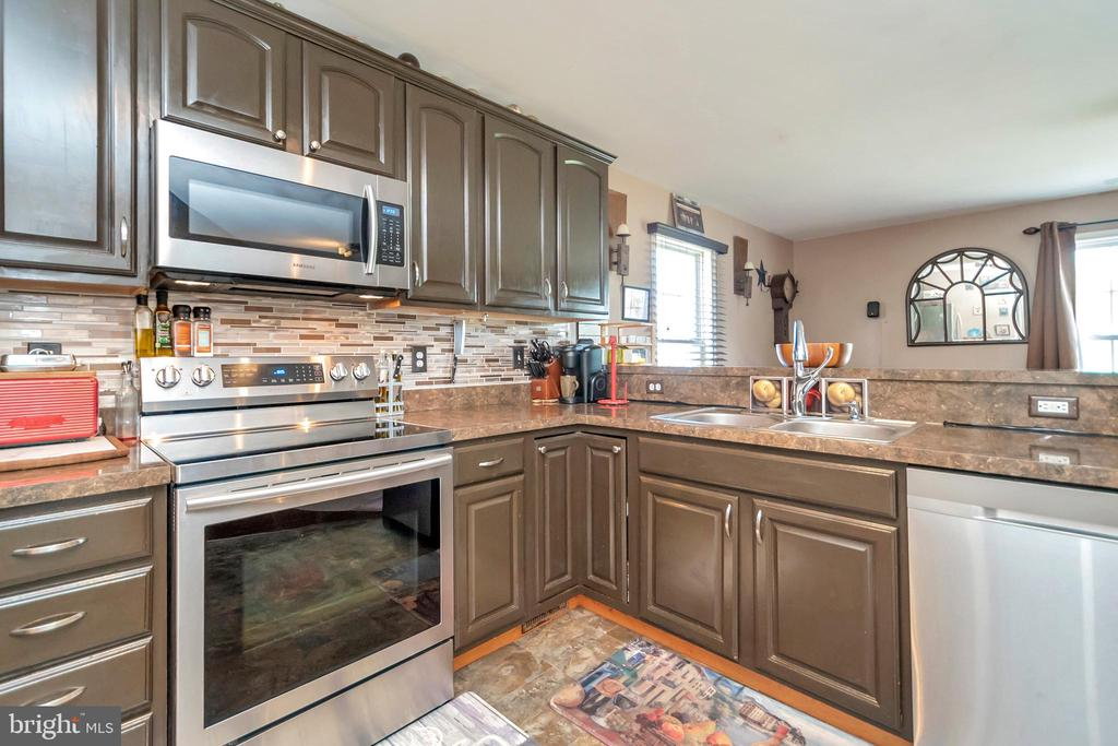 Modern Appointed Kitchen - 35117 SABA PL, LOCUST GROVE