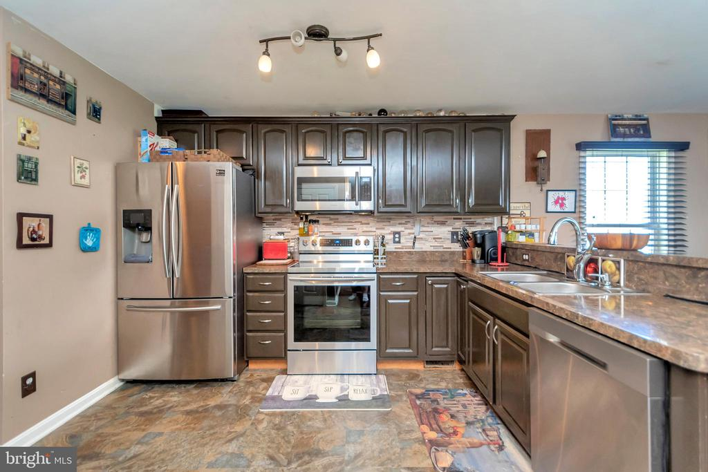 Newly floored & Stainless appliance Kitchen - 35117 SABA PL, LOCUST GROVE